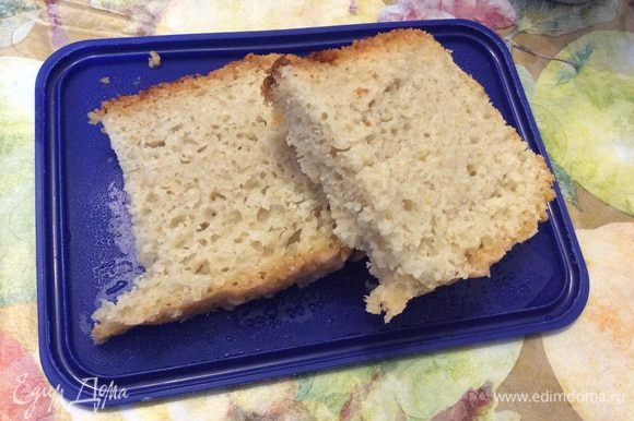 """Чашу мультиварки смазать маслом и выложить в нее тесто. У меня в режиме """"Хлеб"""" время приготовления 3 часа (из них 1 час идет на расстойку теста). За час до окончания хлеб необходимо перевернуть. И все готово!"""