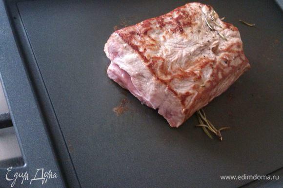 Сковороду хорошо разогреть и обжарить мясо со всех сторон для запечатывания сока и запечь в духовке при 180°С 15 минут.