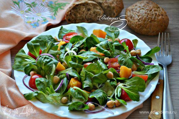 Готовый салат сразу же подавайте к столу. Приятного вам аппетита!