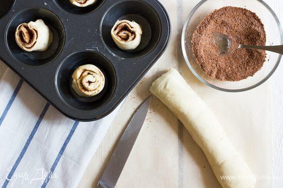 Скатайте тесто в плотный рулет, заворачивая его по направлению от себя. Смажьте рулет взбитым яйцом и нарежьте на кружочки толщиной 2 см.