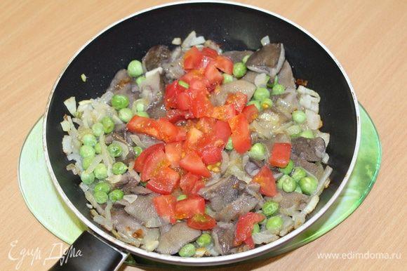 Мелко порезать помидор и добавить в смесь.