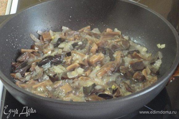 Луковицу нарезать мелко и обжарить до прозрачности на оливковом масле. Добавить нарезанные грибы, перемешать и потушить пару минут.