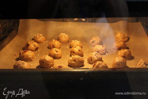 Смачивая руки холодной водой, лепим небольшие печенюшки размером с грецкий орех.