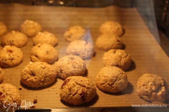 Выпекаем печенье в разогретой до 180°C духовке 15-20 минут. Примерно через 10 минут печенье пойдет трещинками.