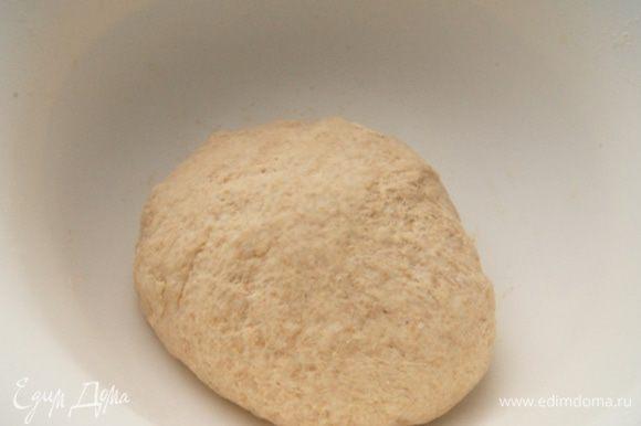 Добавить просеянную муку и дрожжи. Замесить тесто. Возможно вам понадобится еще пара ложек муки, чтобы вымесить тесто. Оставить в смазанной маслом миске на 1 час. Я прогреваю духовку до 30°C, выключаю и ставлю в нее миску с тестом. Тесто очень хорошо растет.