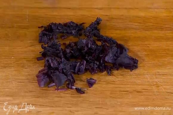 Реган мелко порезать и добавить в сковороду.