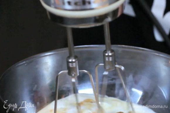 Взбить миксером яйцо, банан, йогурт, молоко, масло и сахар.