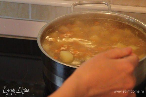 К луку из кастрюли выкладываем часть сваренной картошки и морковки для дальнейшего измельчения блендером (или с помощью вилки и ситечка).