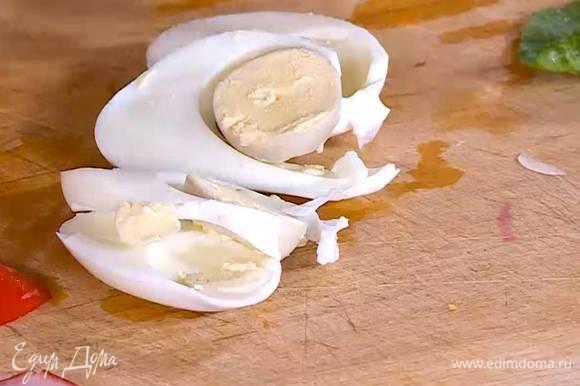 Яйцо отварить вкрутую, почистить и нарезать тонкими ломтиками.