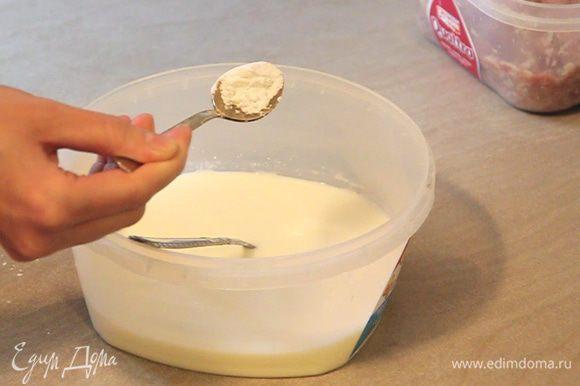 Добавляем пол чайной ложки соды, перемешиваем. Почти полную чайную ложку соли, перемешиваем. И, наконец, пол чайной ложки сахара, снова перемешиваем. Оставляем нашу смесь пару минут постоять.