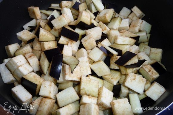 Баклажан порезать небольшими кубиками. Обжарить в разогретом растительном масле до румяного состояния.