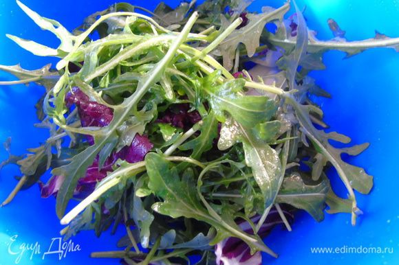 В салат наливаем половину заправки и перемешиваем.
