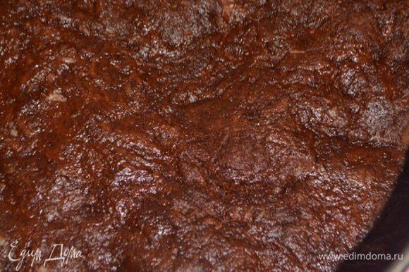 Влить растительное масло и сок апельсина. Тщательно вымесить. Разъемную форму (диаметр 18 см) смазать маслом, выложить тесто и хорошо разровнять. Выпекать при 160°C 30 минут. Готовность проверять деревянной палочкой.