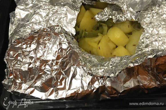 Плотно завернуть фольгу. Поставить в духовку на 200°С на 40-50 минут, учитывая, какая духовка и какой картофель. Вынимать из фольги прямо перед подачей, чтобы картофель не успел остыть.