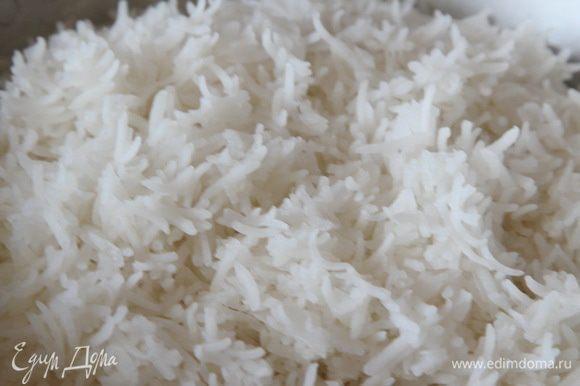 Шафран заливаем теплой водой (50 мл). Хорошо промываем рис, заливаем его водой и отставляем на 2 часа. Через 2 часа эту воду сливаем. Наливаем в кастрюлю, емкостью 3 л, воду — 2,5 л, добавляем 1 столовую ложку соли и доводим до кипения. В кипящую воду отправляем рис на 2 минуты. Приготовленный рис отбрасываем на дуршлаг и оставляем стекать воду.