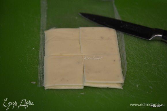 Сыр пластинками разрезать на 4 части. За 5 мин до окончания выложить по квадратику поверх каждой фрикадельки. Вернуть в духовку на 5 мин.