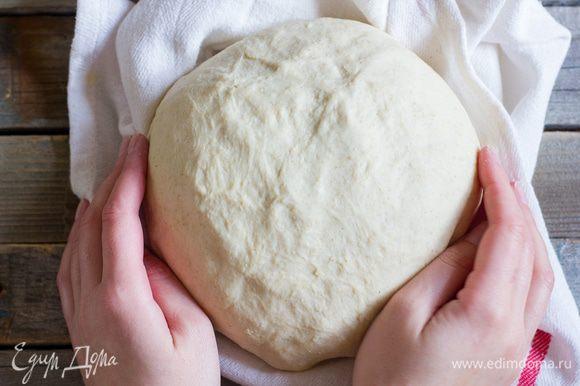 В миску всыпьте ржаную муку и влейте разведенные дрожжи. Вымесите тесто, накройте влажным полотенцем и поставьте в теплое место. Через 30 минут влейте в опару теплое молоко, 2 ст.л. оливкового масла и 125 мл теплой воды, добавьте соль и пшеничную муку, вымешивайте тесто в течение 10 минут, пока тесто не будет гладким и пружинистым. Переложите тесто в большую, присыпанную мукой миску. Накройте влажным полотенцем и оставьте в теплом месте еще на час.