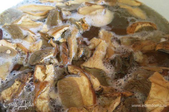 Заливаем сухие грибы водой на пару часов, отвариваем грибы.