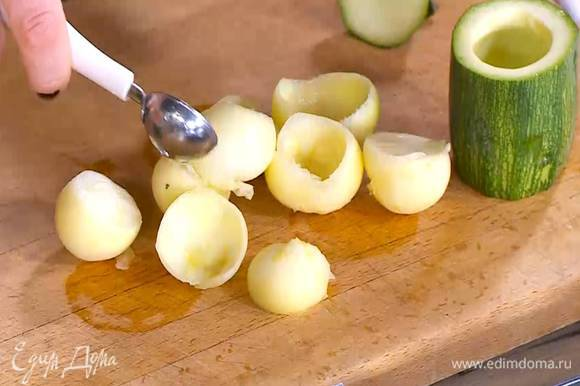 Цукини, срезав кончики, разрезать на 4 части и ложкой вынуть мякоть с одной стороны, так чтобы получились стаканчики.