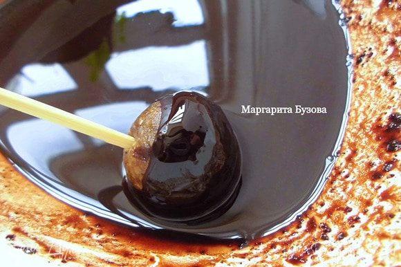 Для шоколада: какао-масло нарезать как можно мельче и растопить на водяной бане. Добавить 2-3 ст. л. кэроба и тщательно перемешать. По сравнению с глазурью получится довольна жидкая масса, но она должна обволакивать пирожные и оставаться на них. Охлажденные пирожные вынуть из морозилки и обмакнуть их в шоколаде и в глазури. Шоколад застывает моментально. Поэтому сразу после шоколада нужно обвалять их в кокосовой стружке или лимонной цедре. Кстати, если шоколадная масса начнет густеть — не пугайтесь! Нужно поставить ее на водяную баню и немного подержать над ней. Шоколад сразу растает.