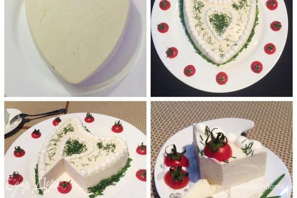 Застывший торт-мусс переворачиваем на блюдо, отсаживаем на поверхность крем из взбитых сливок и украшаем по своему желанию.