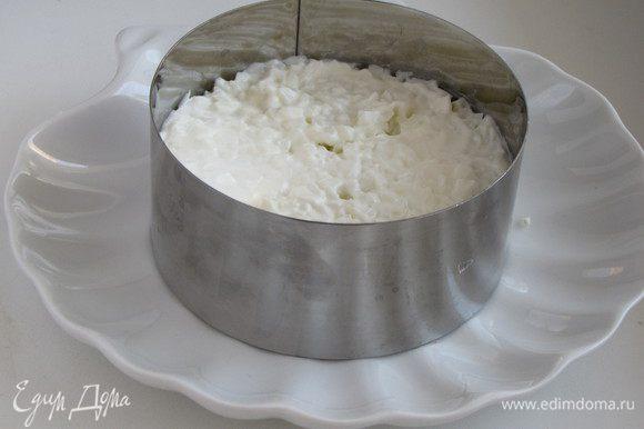 Выложить маринованный лук (хорошо отжать от маринада при помощи бумажных полотенец). Затем мелко рубленные отварные белки.