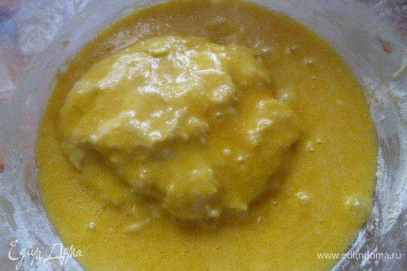 Добавляем яично-сахарную смесь к подошедшей опаре и начинаем вымешивать до однородности. Вымешивать лучше ложкой.