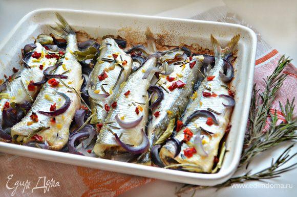 Запекайте рыбу, прикрыв фольгой в разогретой до 180°С духовке 20-25 минут. Готовую рыбку подавайте с овощами или любимым для вас гарниром. Приятного аппетита!