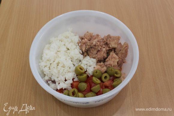 Добавить отваренный рис, оливки, тунец.