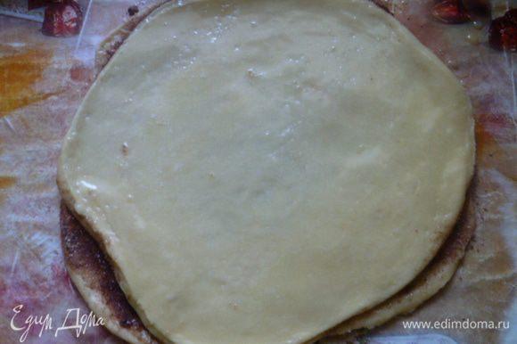 Сложить их друг на друга, 4 круг тоже смазать растопленным сливочным маслом, но не посыпать.