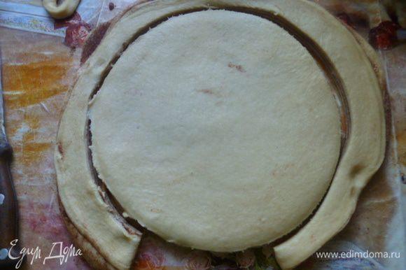 Снова раскатать, как можно тоньше и с помощью тарелки вырезать круг. Из остатков теста я испекла маленькие булочки.
