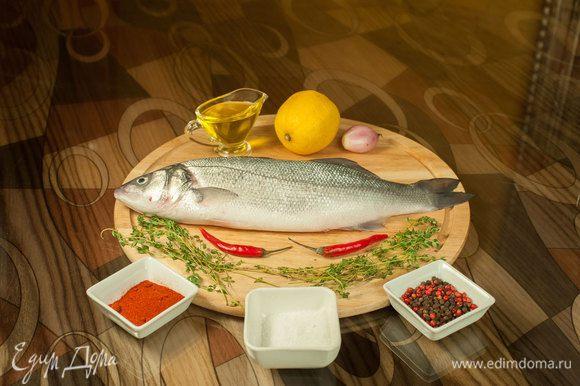 Подготовить рыбу (можно оставить чешую), выпотрошить, вымыть и хорошо просушить брюшко. Посолить, поперчить внутри, положить лимон, тимьян.