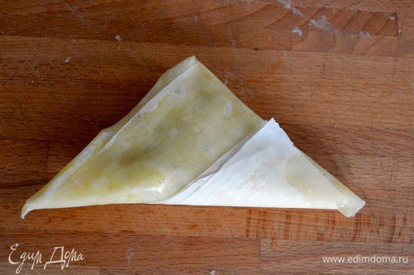 """""""Пирожок"""" готов! То же самое проделайте со всеми остальными самосами, до окончания ингредиентов. Не забывайте смазывать обильно растопленным сливочным маслом каждый лист."""