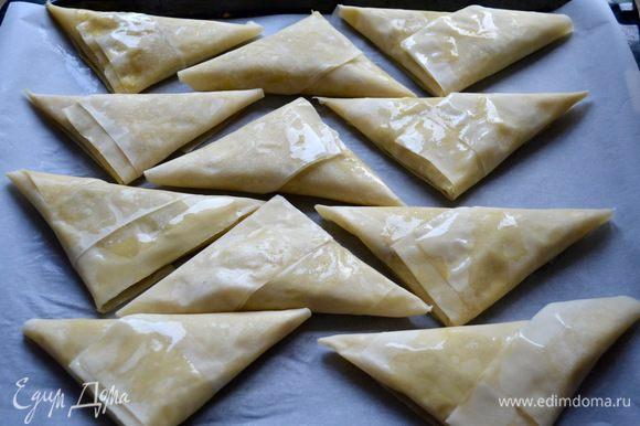 Готовые самосы выложите на противень, застеленный пекарской бумагой. У меня получилось 15 пирожков.