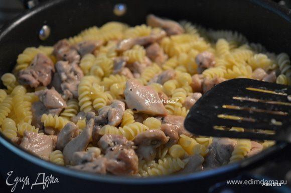 Вернуть на сковороду куриные кусочки. Перемешать и готовить еще 3 мин. Добавить сливочный сыр. Перемешивать до его растворения. Добавить зеленый горошек. Перемешать.
