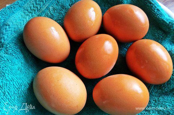 Итак, отварим заранее яйца не менее 10 минут. Я сварила 8 шт, но парочка исчезла куда-то!