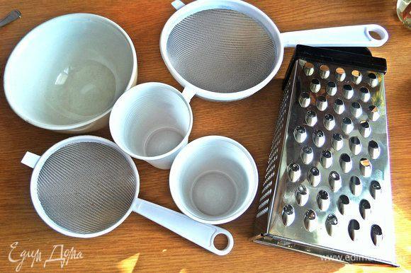 Если нет формы, можно использовать терку или сито или пластиковые стаканчики,проткнув дно и выстелив марлей.
