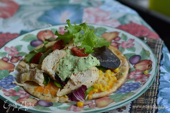 На тарелки разложить приготовленные лепешки с сыром и кукурузой. Салатный микс, помидоры, куриные грудки нарезанные кусочками, полить готовым соусом заправкой. Подаем к столу. Приятного аппетита.