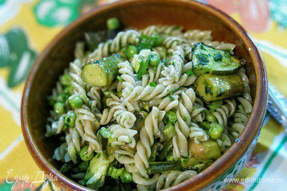 Можно добавить любую рубленную зелень. У меня немного петрушки. Полезный ужин готов. Приятного аппетита!
