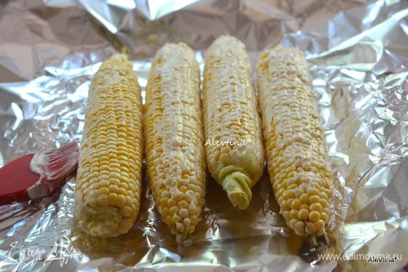 Смазать каждую кукурузу майонезом.