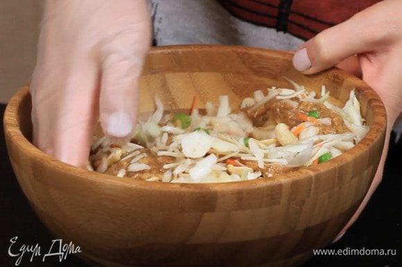 Заправить получившимся соусом капусту, морковь, лук и горошек.