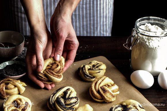 Булочки уложить на противень, застеленный бумагой для выпечки. Дать 15-20 минут на расстойку булочек в теплом месте.