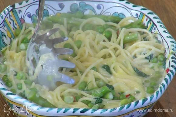 Пасту выложить на блюдо, добавить сметану, сыр и все перемешать.