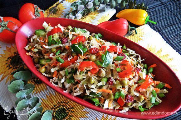 Перемешать. Желательно дать настояться салатику в холодильнике.