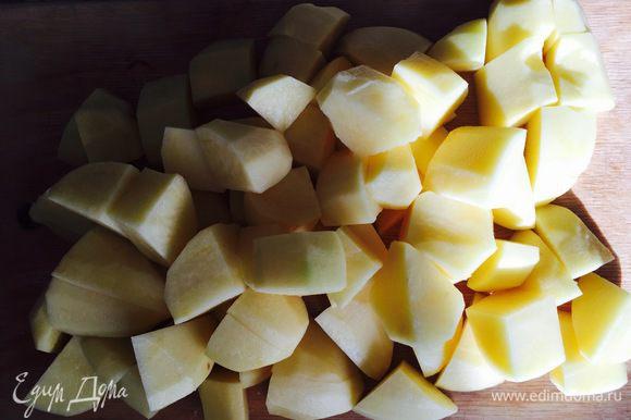 Затем добавить порезанный картофель, так как мы блюдо тушим, картофель разрезаем крупно.
