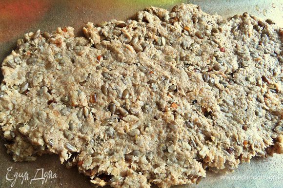 Вырезаем по форме для выпечки пергамент, но шире в два раза, складываем пополам, на одну сторону распределяем тесто.