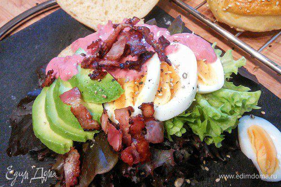 """А вот и сам бутерброд-сендвич с яйцами, поджаренными ломтиками бекона и авокадо и самым вкусным на свете соусом """"карри"""" — home made :). Так же можно сделать бутерброд с красной рыбкой, ветчиной и всем, чем душа пожелает."""