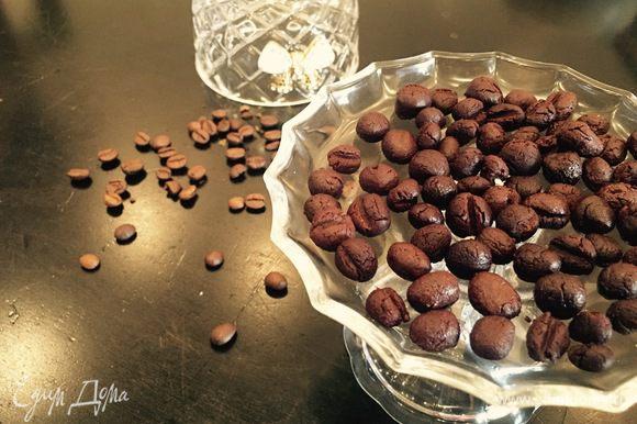 Из полученного «пластилина» отрываем маленькие кусочки и скатываем шарики! Чтобы ничего не прилипало к рукам, смажьте их растительным маслом! Углубления на «зернах» делаем зубочисткой. Вкуснейшие и не тающие конфетки!