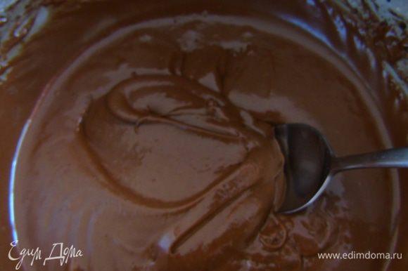 Продолжая взбивать, добавить муку и постепенно вливать шоколадную массу, если яйца были хорошо взбиты, тесто будет достаточно густым.
