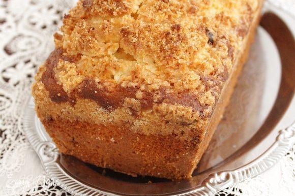 Дать кексу немного остыть в форме, после чего аккуратно извлечь из нее.